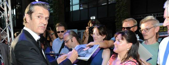 Rupert Everett gibt den Fans Autogramme auf der Deutschlandpremiere von A Royal Night