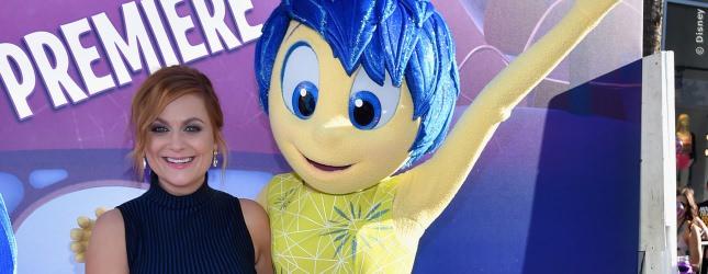 Amy Poehler spricht im amerikanischen Original die blauhaarige JOY. Ihr kennt Amy vielleicht am besten aus der TV-Serie Parks And Recreation.