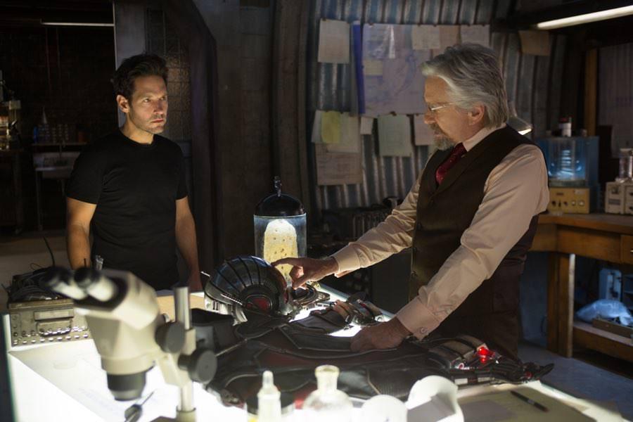In der Werkstatt wird aus einem mehr oder weniger normalen Mann der legendäre Ant-Man.