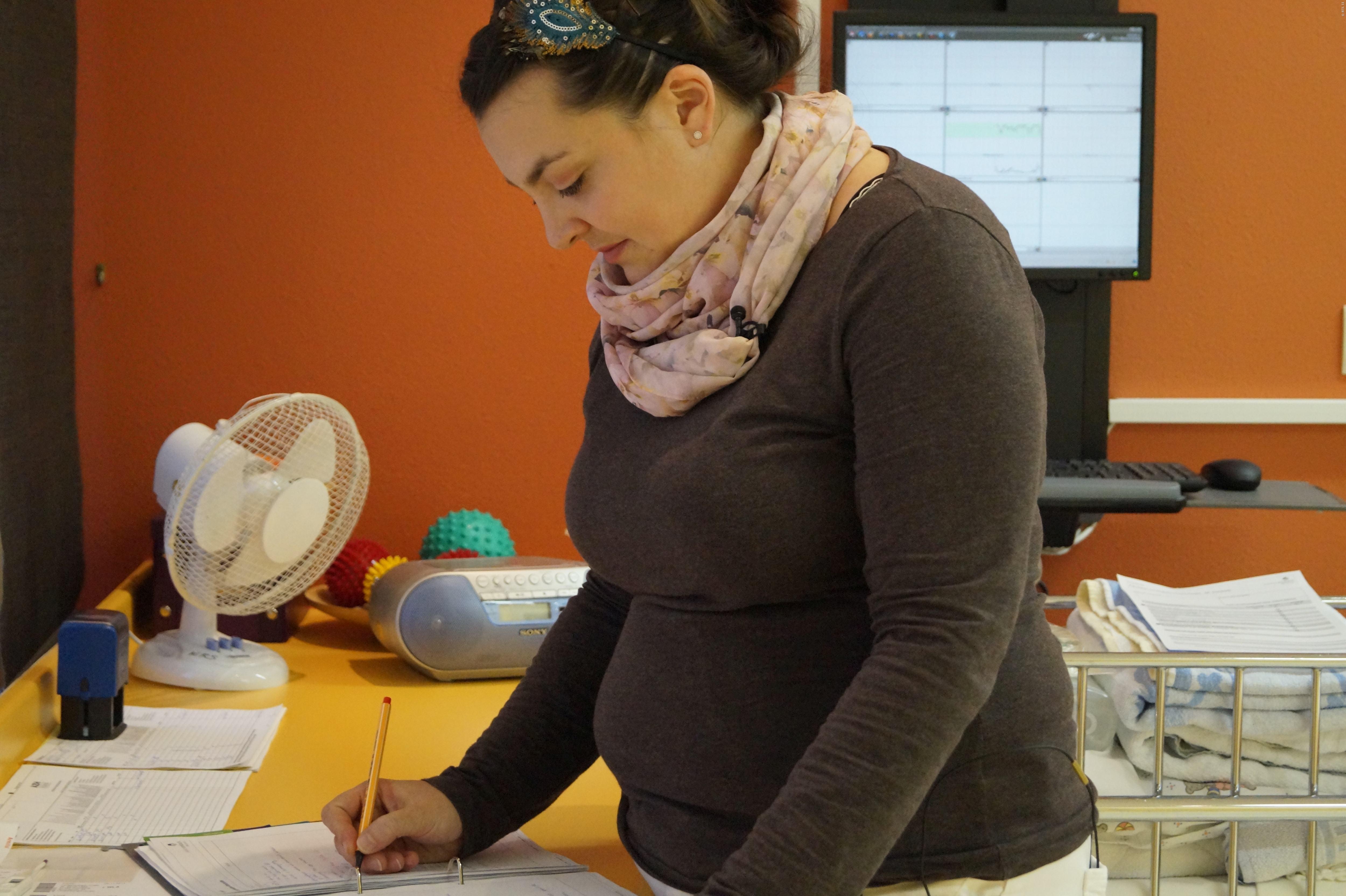 Hebamme Barbara Koch betreut die Mütter nicht nur bei der Geburt, sondern auch davor und danach.