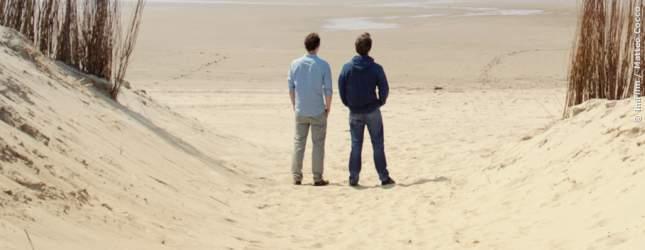 Pietschi (Robert Finster) und Gregor (Sebastian Zimmler) am Strand.