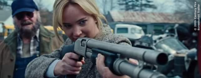 Jennifer Lawrence als Joy, die sich auch kein bisschen vor Waffen fürchtet.