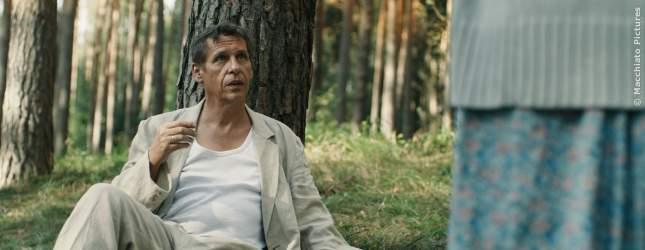 Klaus (Oliver Marlo) sitzt am Baum und bekommt Besuch.