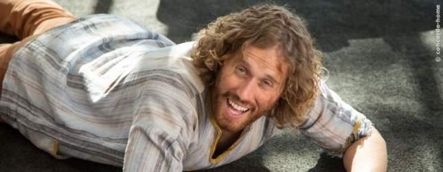 Jason ist impulsiv und tollpatschig. Er liegt im Film nicht nur einmal auf dem Boden.