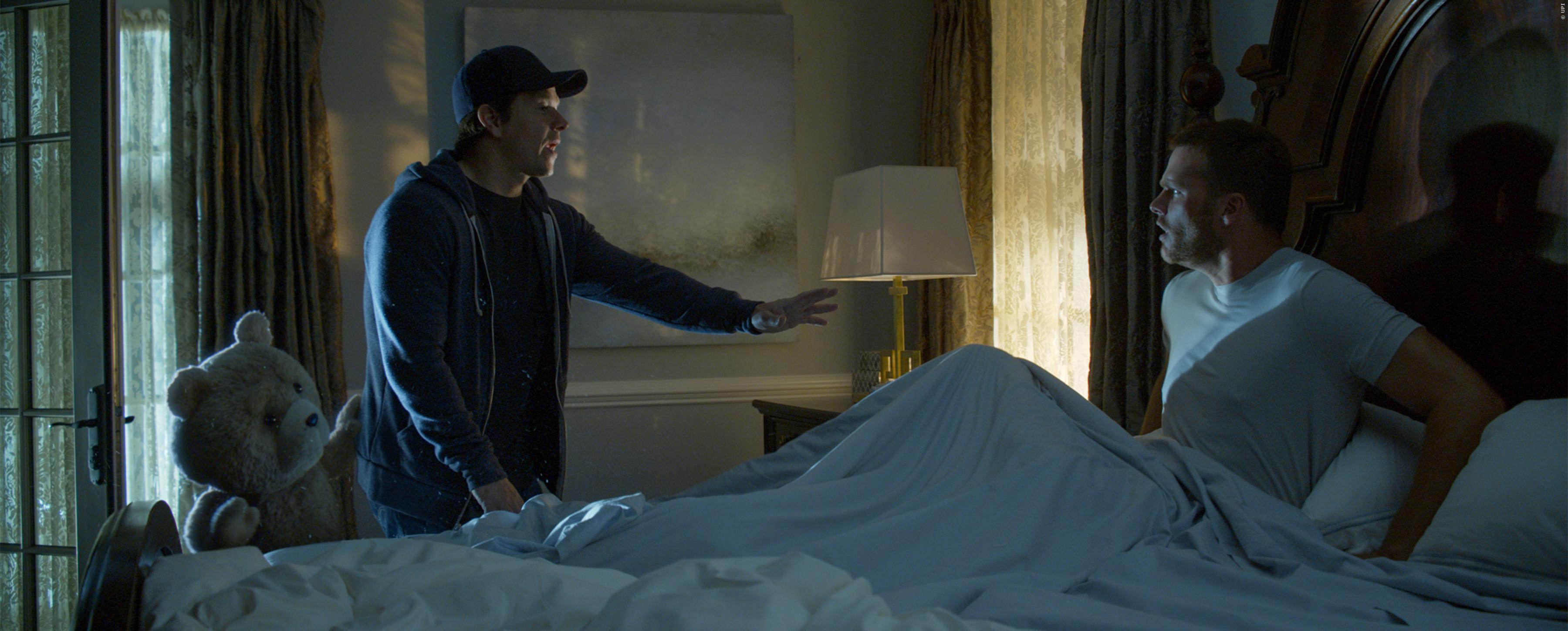 TED und sein Buddy Mark Wahlberg lauern fremden Herren im Schlaf auf...