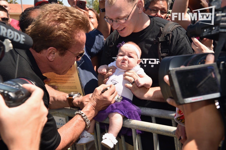 Der kleine Fan scheint nicht zu wissen, wen er oder sie da vor sich hat. Sonst würde das Baby sicher angemessener gucken.