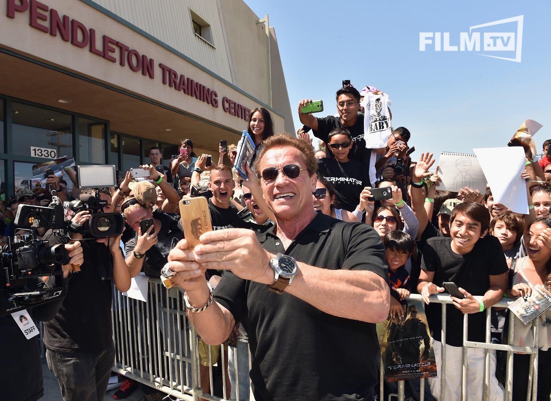Jeder fotografiert jeden auf diesem Bild. So isses, wenn der Terminator zu Besuch ist.