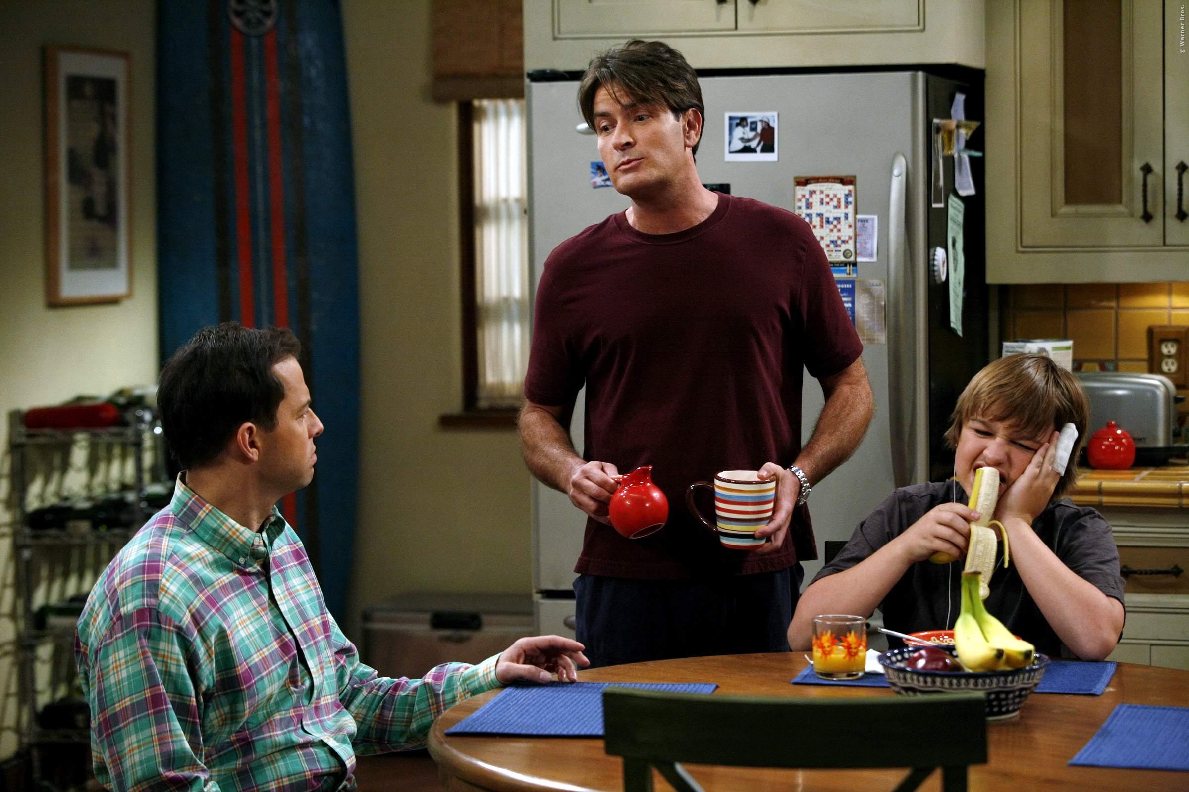 Charlie Sheen hasst Ashton Kutcher! In seinen Augen hat der Star aus Jobs ihm die Rolle in der TV-Serie Two And A Half Men geklaut!