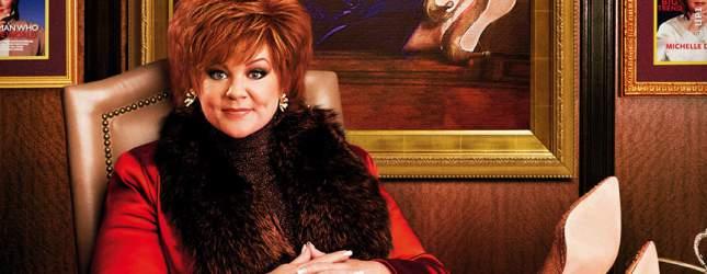 Die Frise sitzt und das Büro sieht auch nach Geld aus. Melissa McCarthy als Die Chefin.