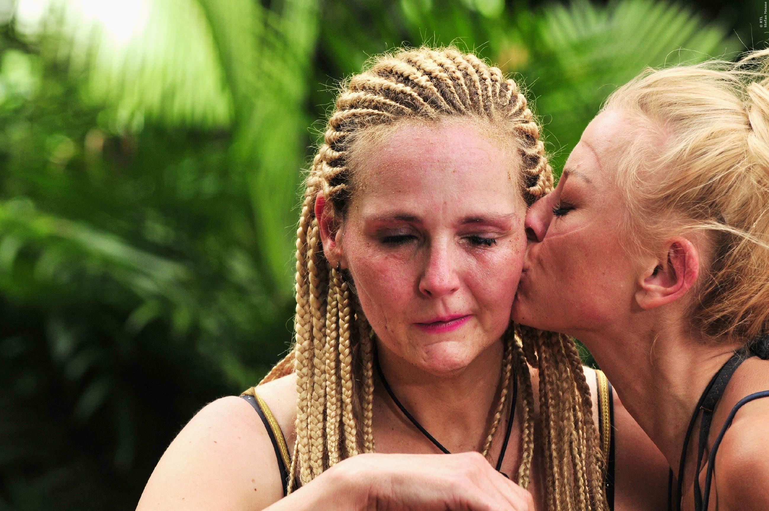 Jenny Elvers (rechts) tröstet Helena Fürst nach der fiesen Dschungelprüfung mit einem Kuss.