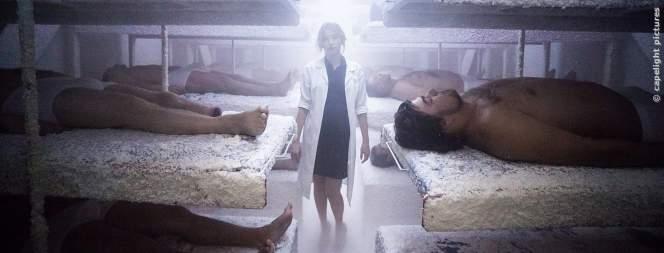 Estelle (Haley Bennett) steht im Labor bei den Testpersonen.