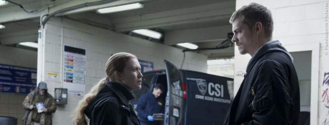 Mireille Enos und Joel Kinnaman in The Killing