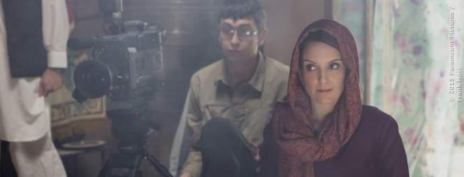 Kim Baker (Tina Fey) dreht mit ihrem Kameramann eine Story.
