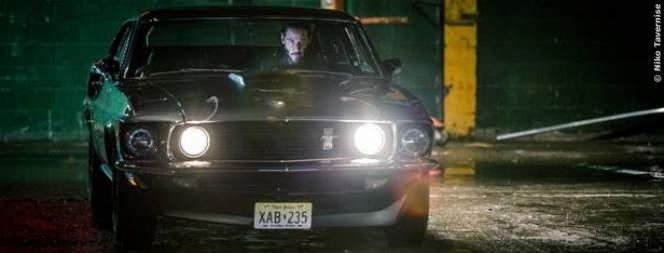 John Wick in seinem Ford Mustang