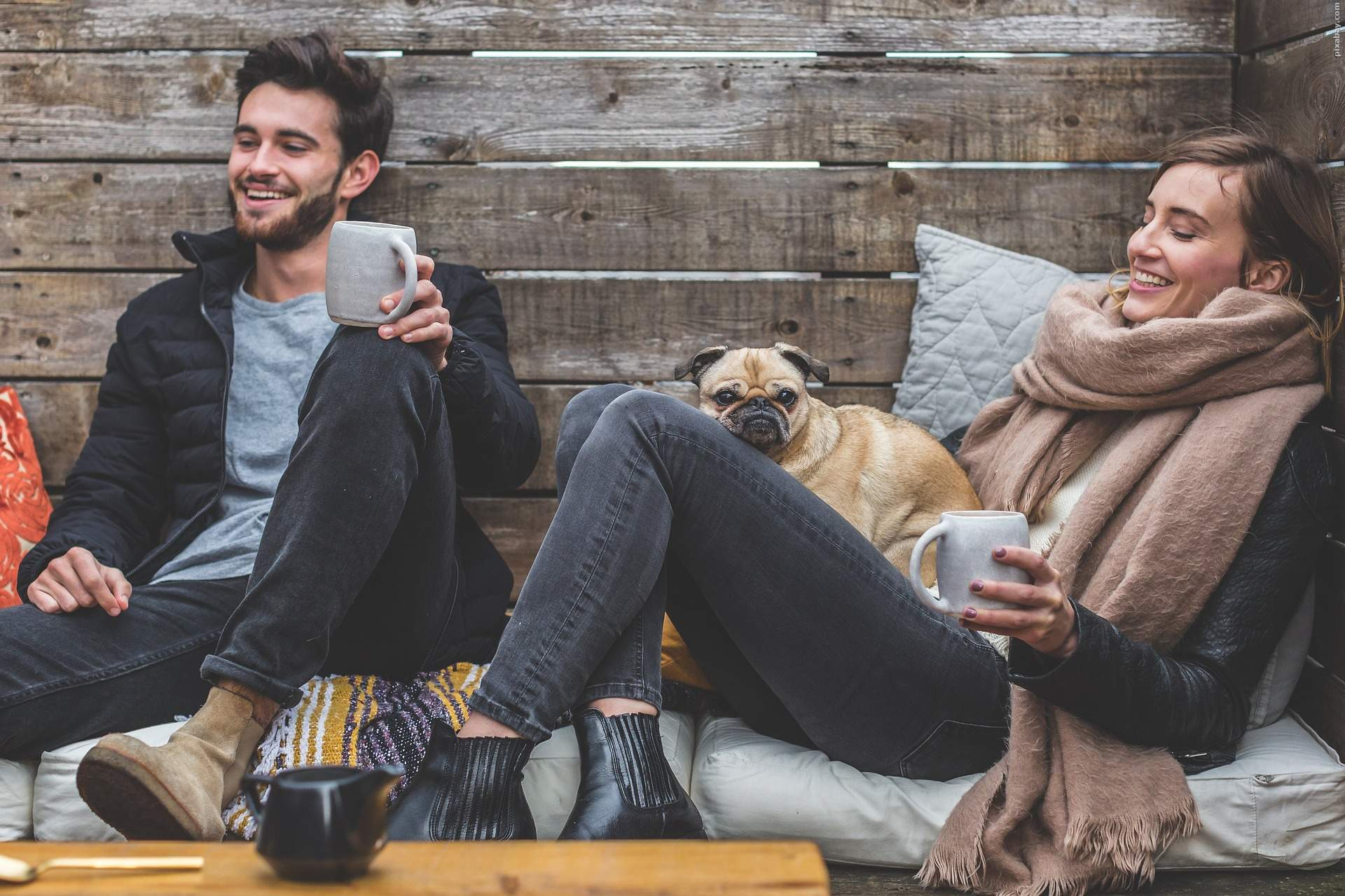 Gemeinsame Stunden auf der Couch bei guter Unterhaltung: Fernsehgewohnheiten in Beziehungen sind laut Studien ein Barometer für das Liebesglück.