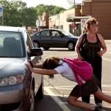 Witzig: Starkes Mädchen verschiebt Auto