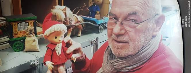 Winfried Kujas betreut das Lager mit den Sandmann-Puppen und die Requisite