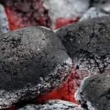 Helden des Alltags: Schuften in der Mega-Hitze einer Grillkohle-Fabrik