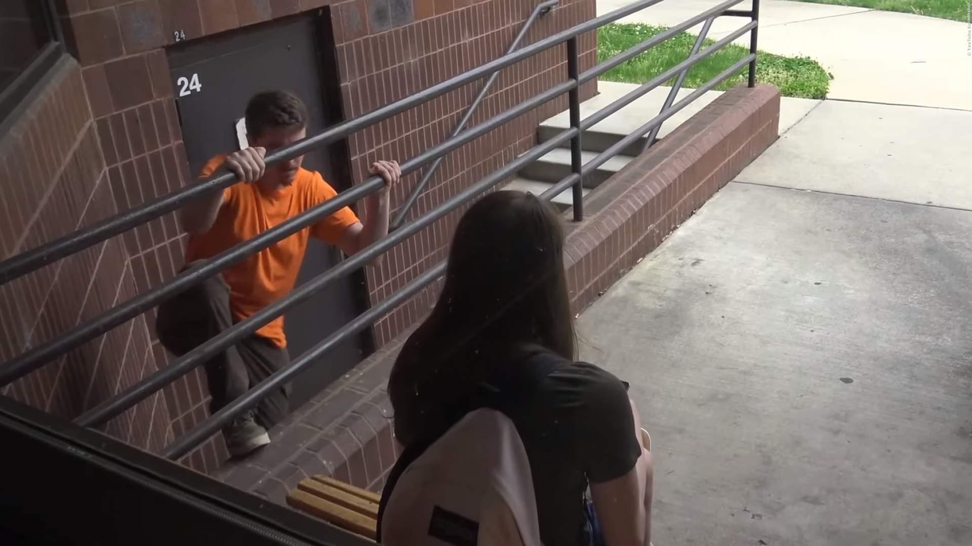 VIDEO: Dreister Typ verarscht Mädchen mit Handy-Diebstahl - Fieser Streich, aber richtig lustig