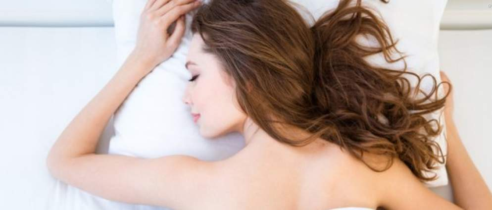 Ohne Kissen schlafen: Das passiert mit deinem Körper