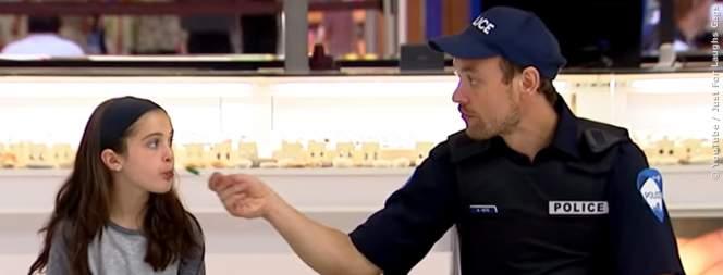 Polizist klaut Kind Süßigkeiten