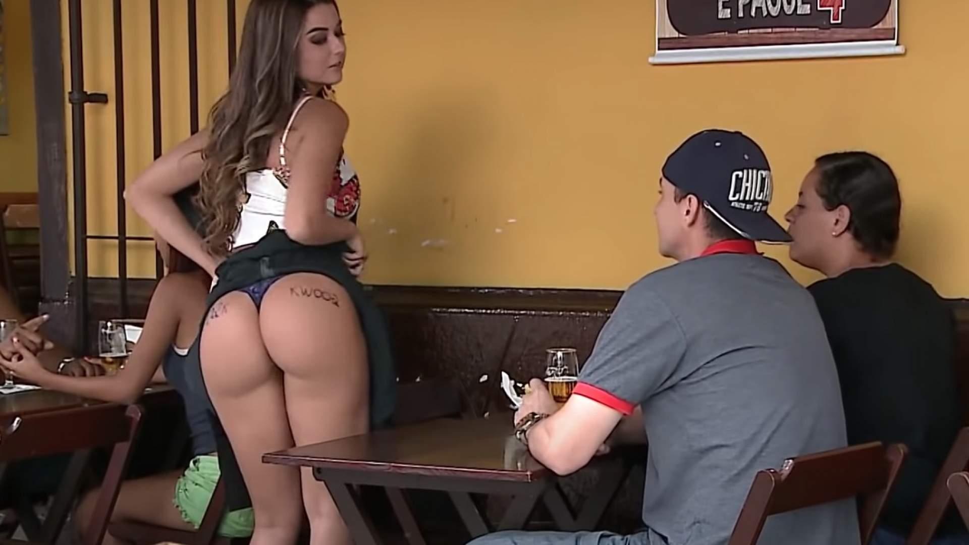 Streich: Kellnerin serviert Rechnung auf ihrem Hintern, Frauen rasten aus!