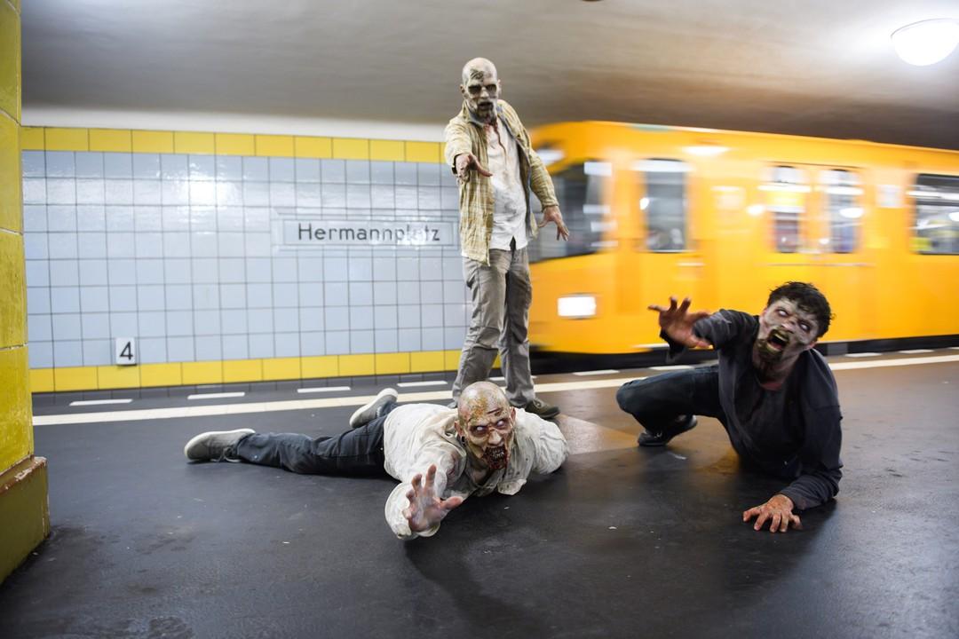 """Exklusive Bilder: """"The Walking Dead"""" machen zum Start von Staffel 11 Berlin unsicher"""