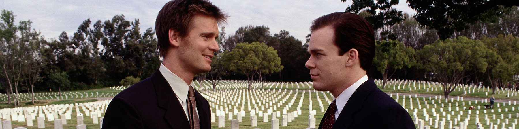 2001: SIX FEET UNDER, zwei Brüder schmeissen mehr oder weniger gemeinsam ein Bestattungsinstitut. Das führt zu vielen absurden Situationen mit Leichen in allen erdenklichen Momenten.