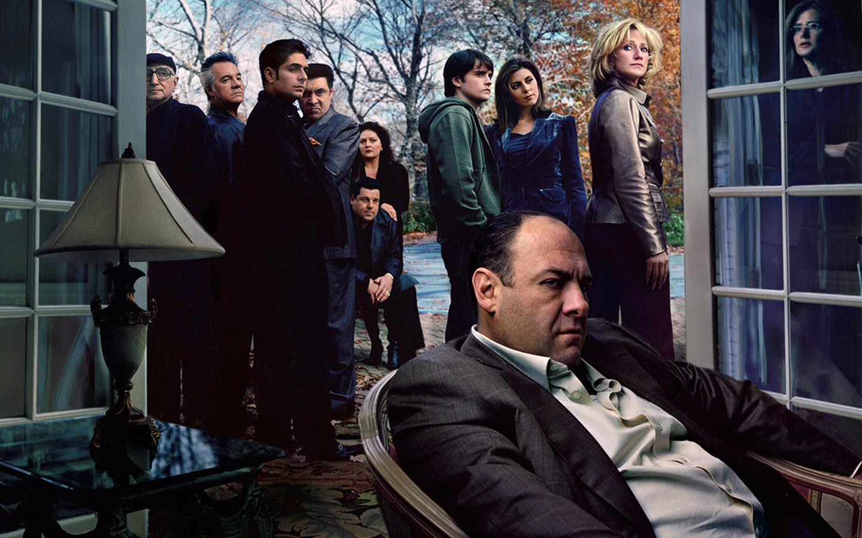 1999: DIE SOPRANOS, ein Blick in das Leben einer US-amerikanischen Mafia Familie mit mehr oder weniger alltäglichen Problemen. Plus Geschäft.